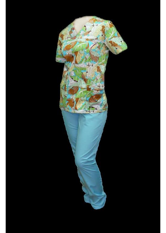 Цветной медицинский костюм в холодной цветовой гамме.