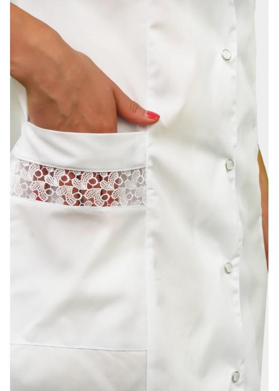 Медицинский халат классического фасона с гипюровыми вставками
